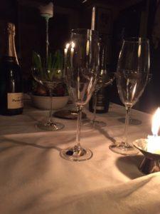champagne glas vit duk stearinljus hyacint