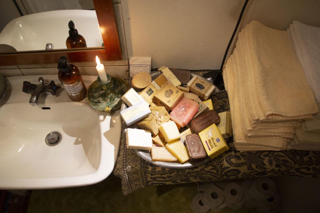 badrum med tvålar handukar och handfat