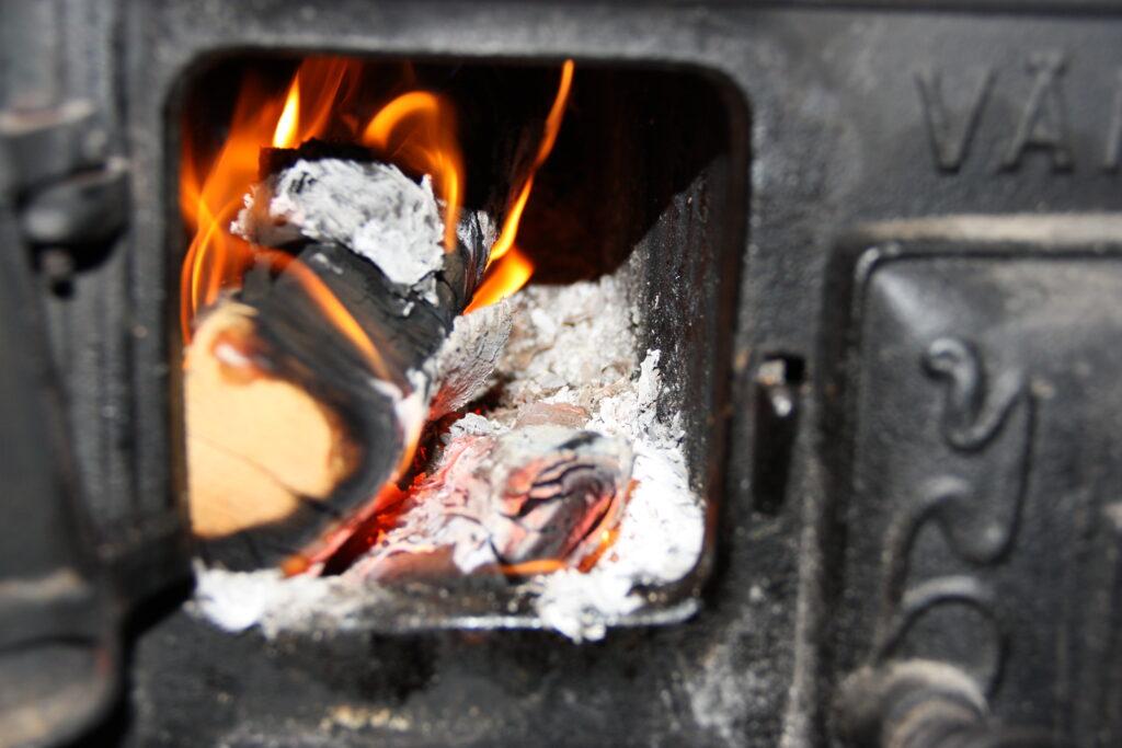 brinnande ved i vedspis